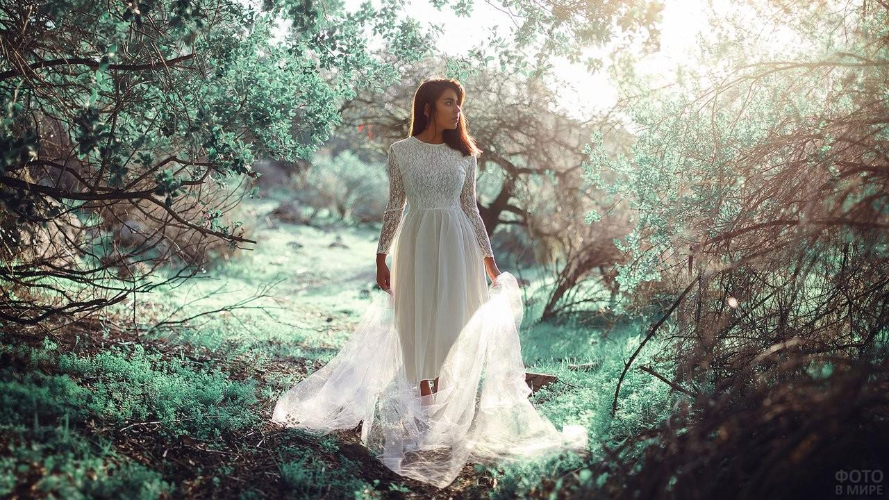 Девушка весной в белом платье