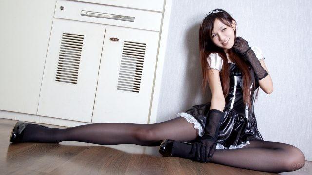 Японская девушка в колготках на полу