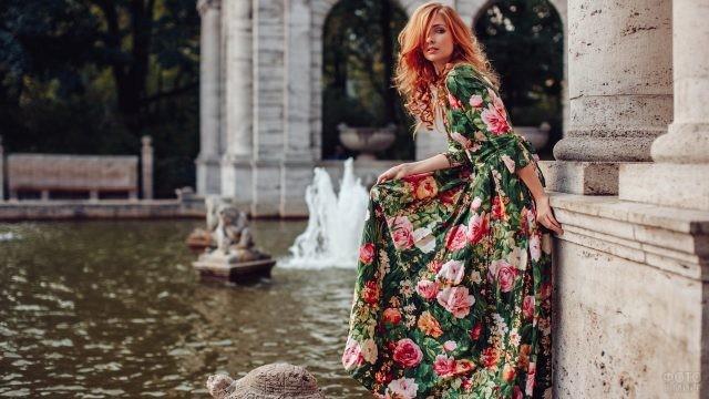 Рыжая девушка в цветочном платье