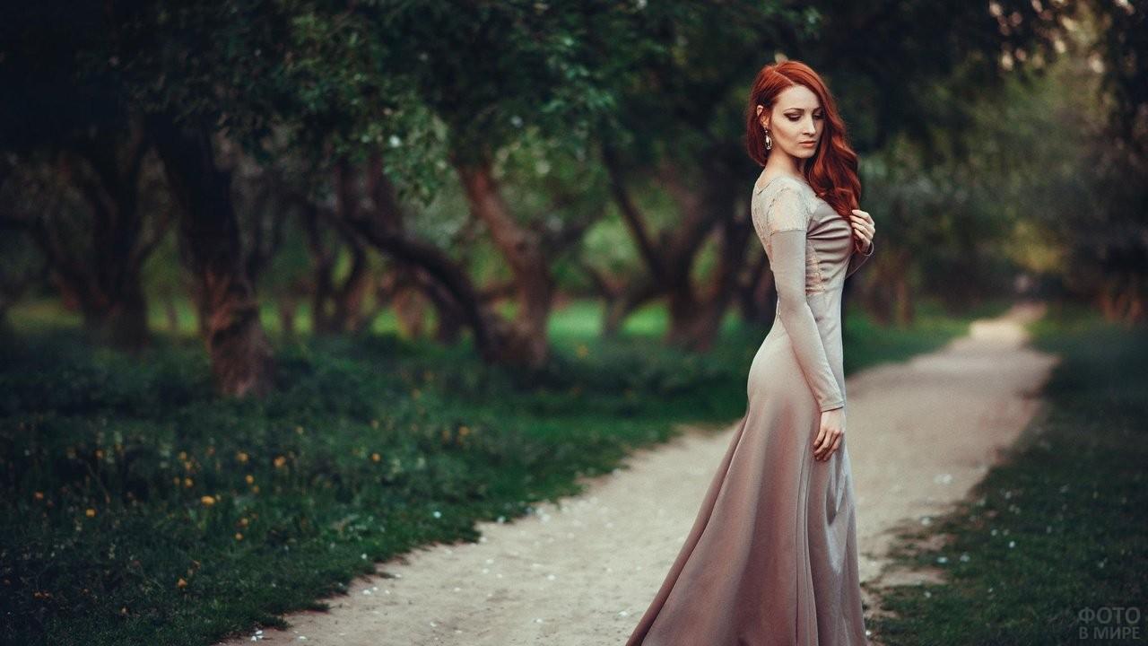 Рыжая девушка в длинном сером платье