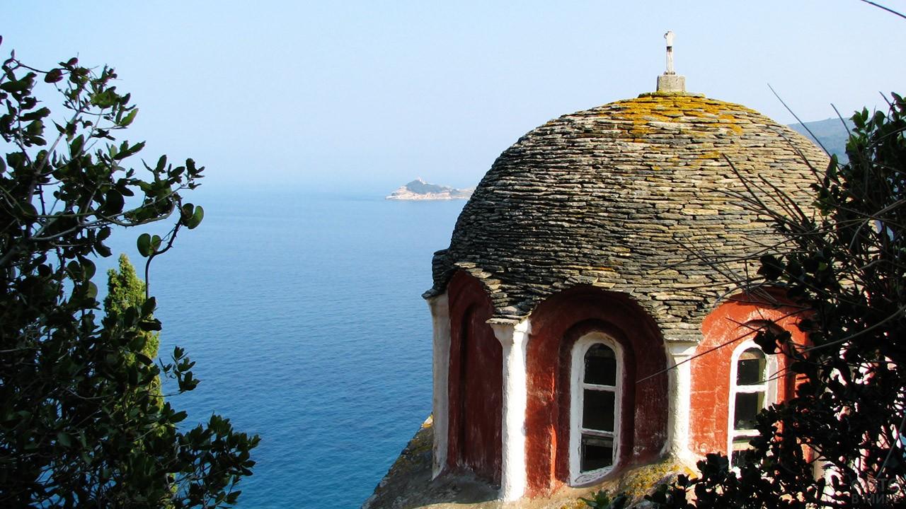 Купол монастыря на панораме Эгейского моря