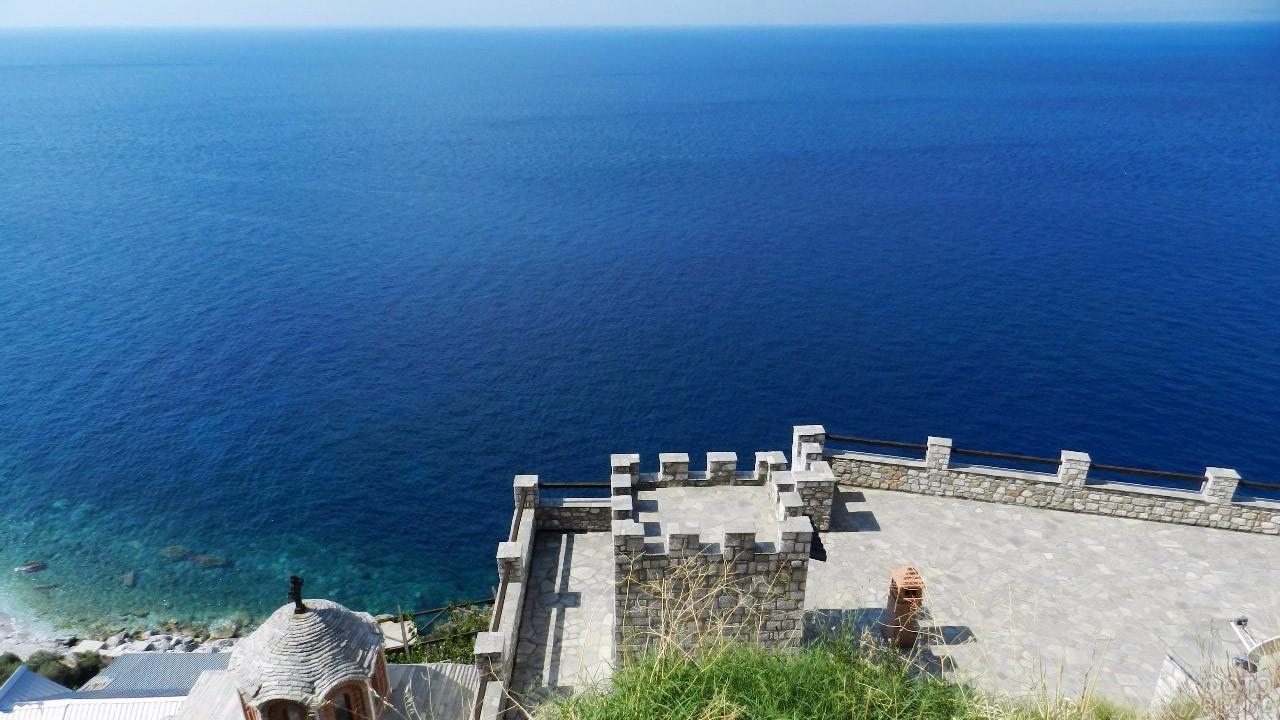 Монастырская стена над Эгейским морем