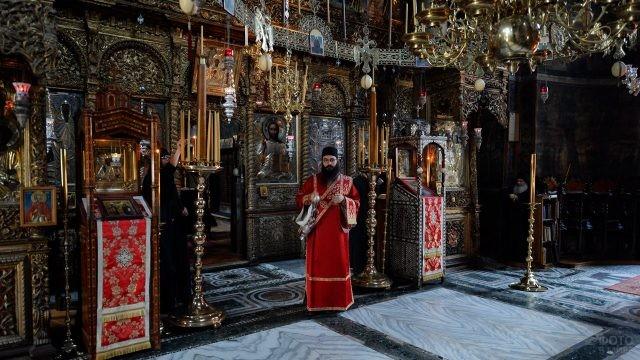 Служба в храме монастыря Хиландар