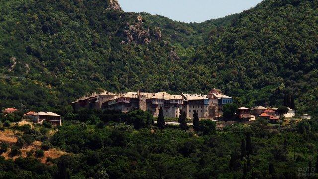 Утопающий в зелени монастырь Ксиропотам