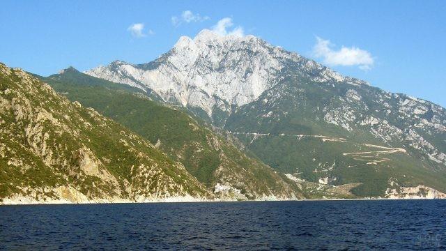 Вид на вершину горы Афон с круизного корабля