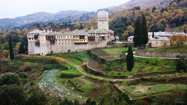 Возделанный огород у стен монастыря Каракал