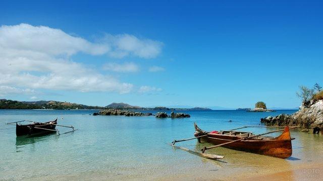 Лодки у пляжа на Нуси-Бе - Большом Острове