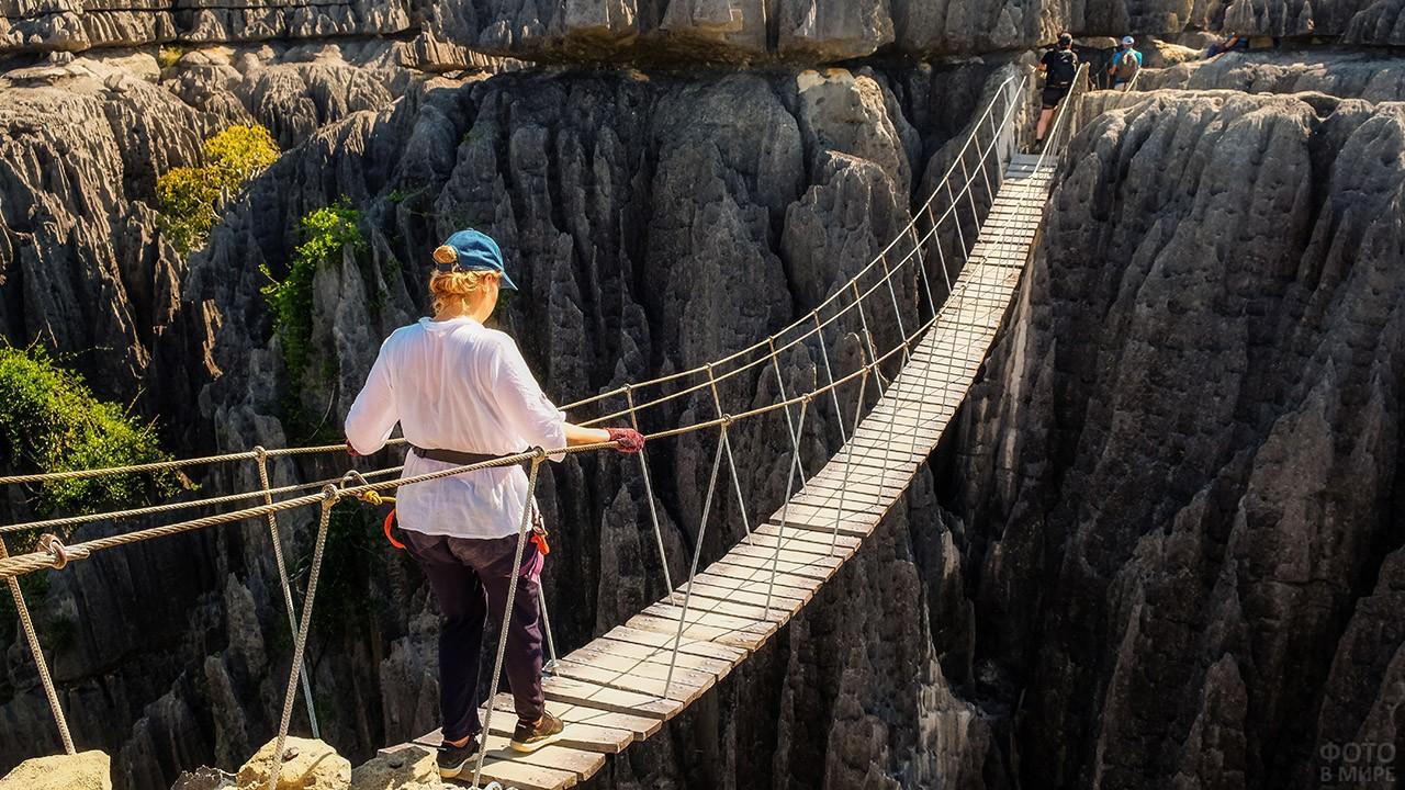 Мост через пропасть в заповеднике Цинги-де-Бемараха