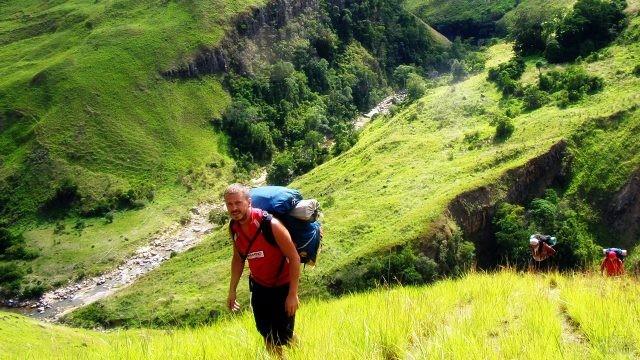 Туристы поднимаются по склону вулкана Марумукутру