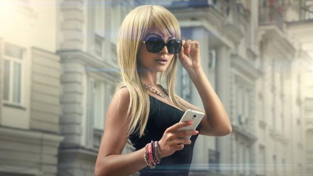Блондинка с чёлкой набок