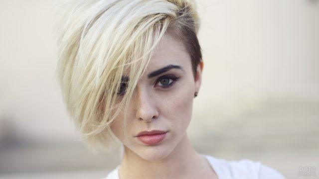 Блондинка с длинной чёлкой