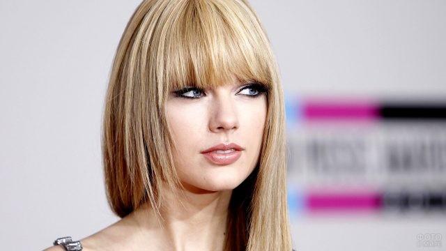 Блондинка с прямой чёлкой