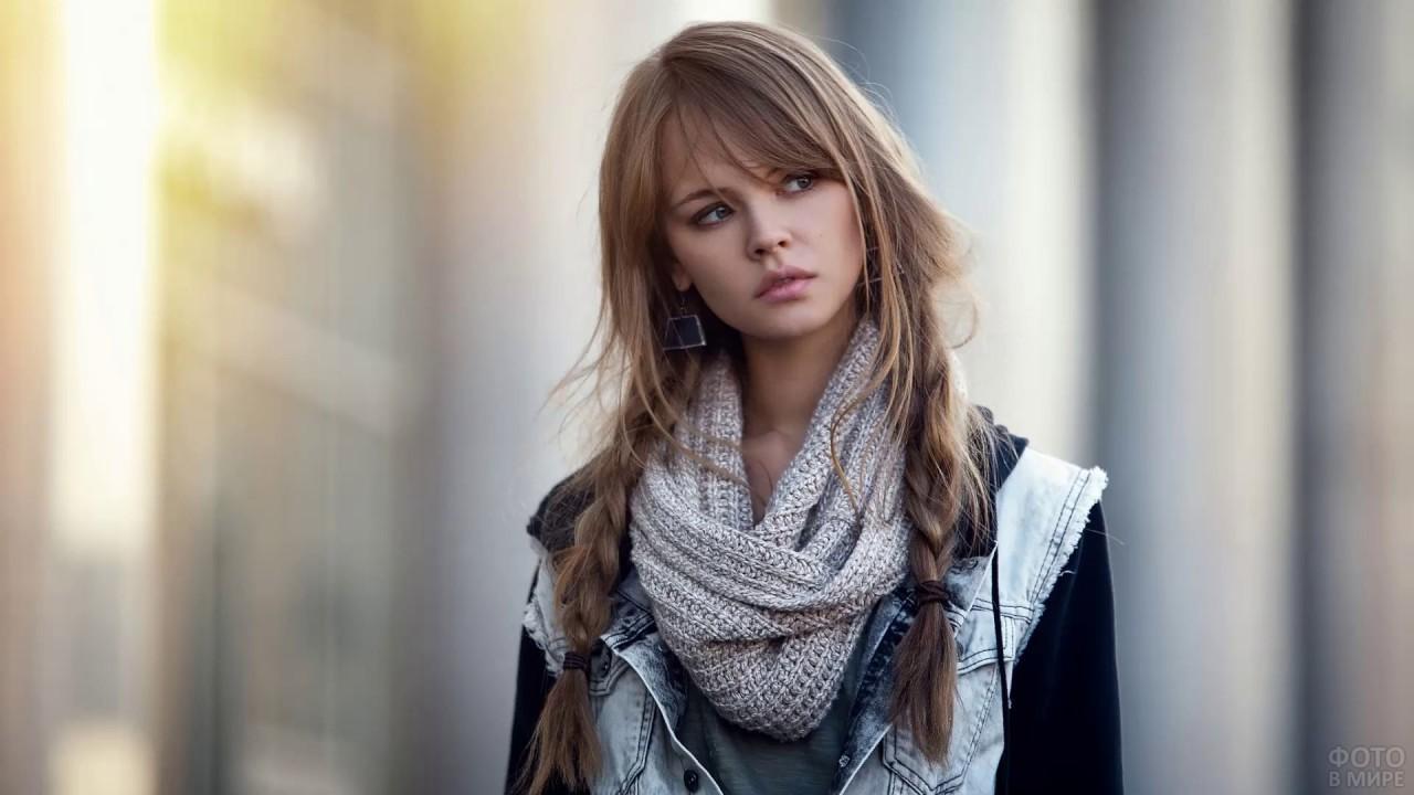Девушка с длинной чёлкой и косами