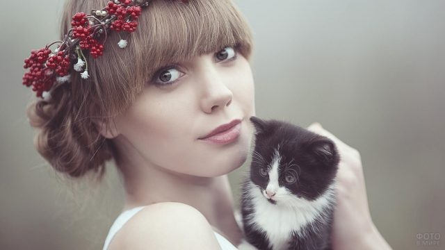 Девушка с венком и густой чёлкой
