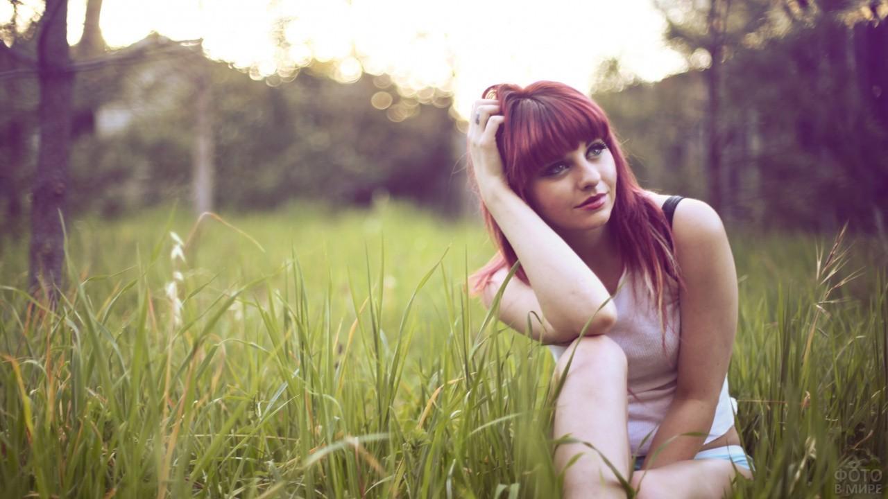 Рыжая девушка с густой чёлкой