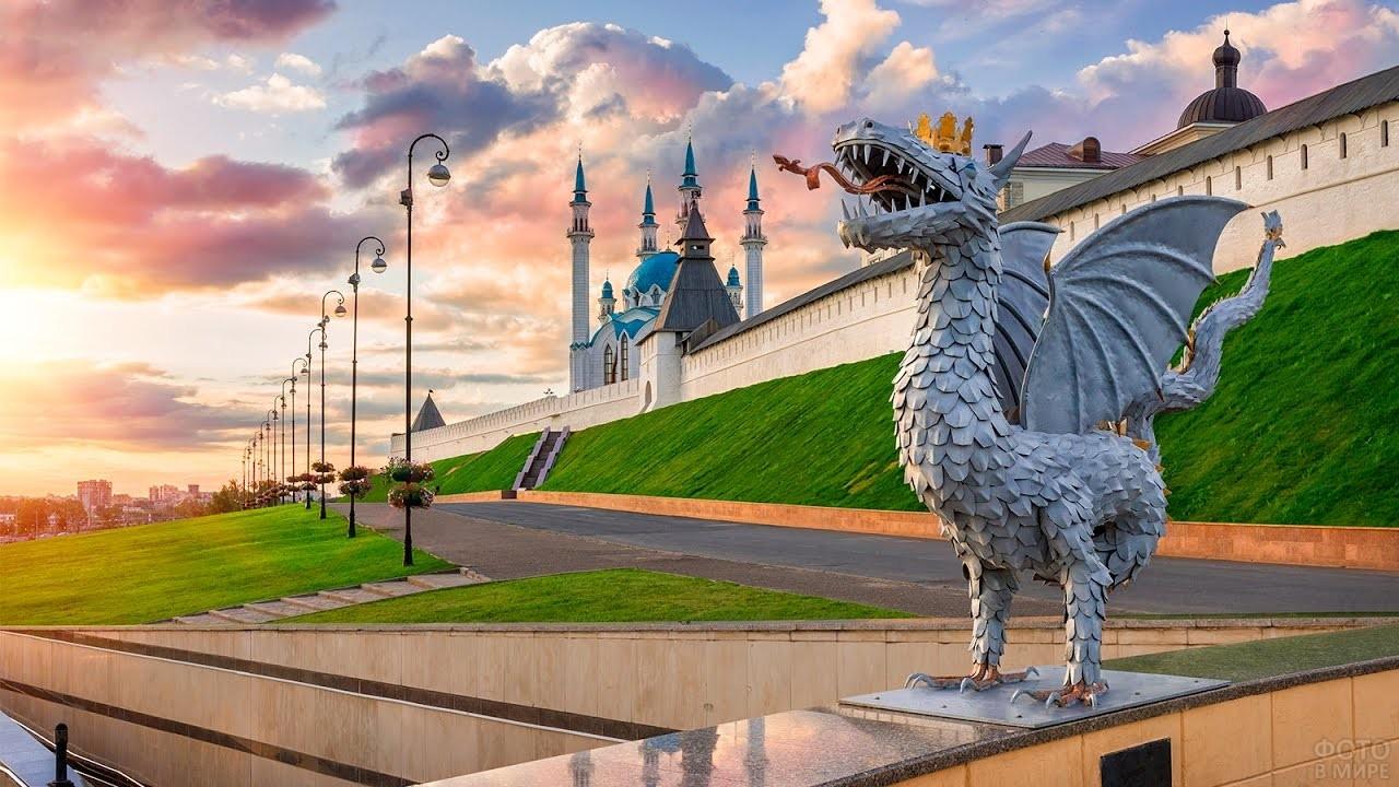 Скульптура дракона у кремлёвской стены