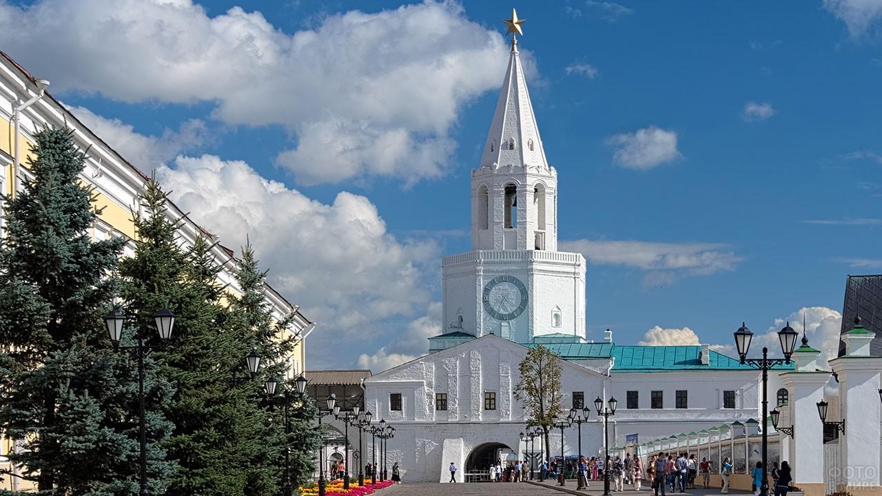 Спасская башня в дневное время