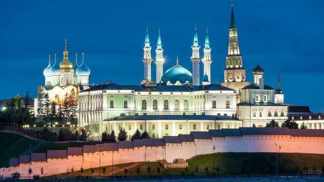 Территория Казанского Кремля в ночное время