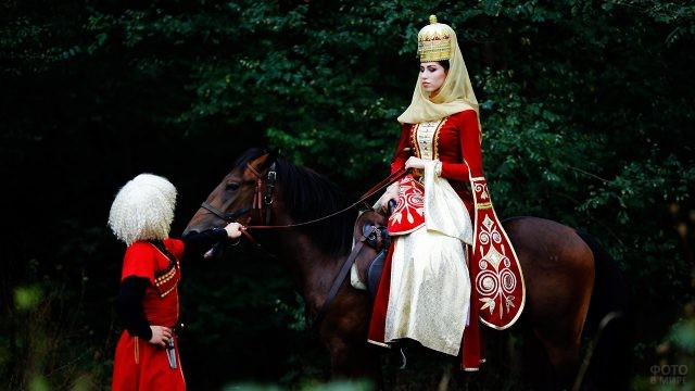 Адыгейская красавица верхом на лошади