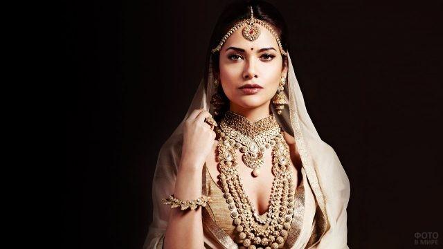 Актриса Болливуда в национальных индийских украшениях