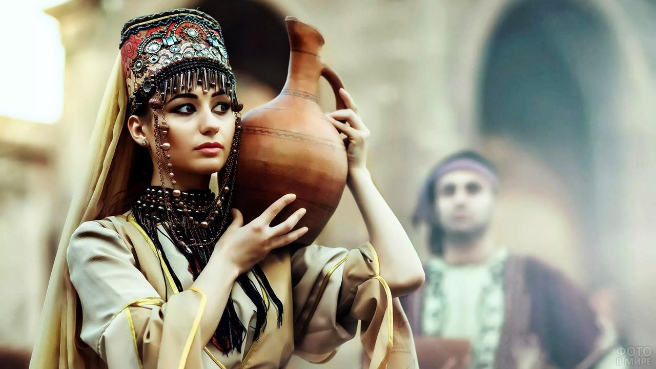 Армянка с кувшином на плече