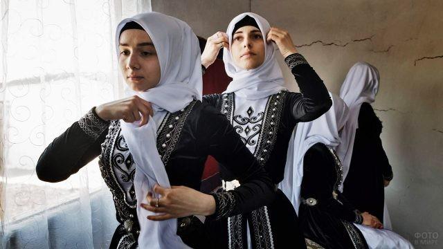 Чеченские девушки в национальных платьях