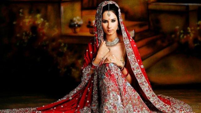Индийская невеста в современном платье традиционного стиля