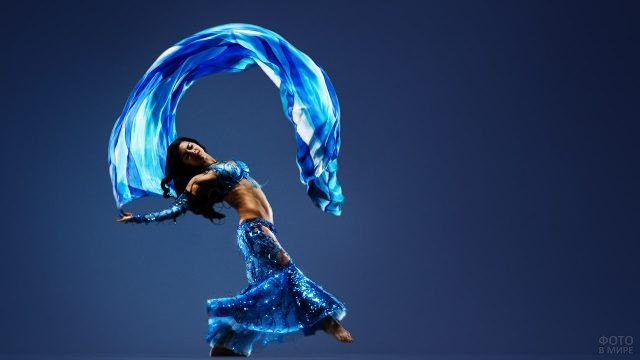 Исполнительница белли дэнса с голубым платком