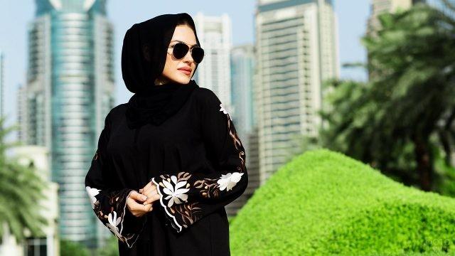 Элегантная саудитка в центре мегаполиса