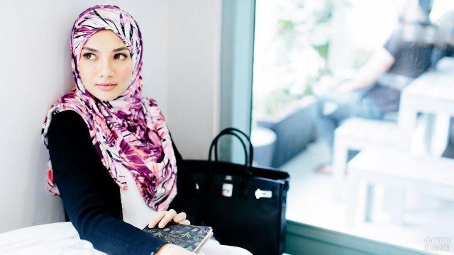 Юная модница в мусульманском платке