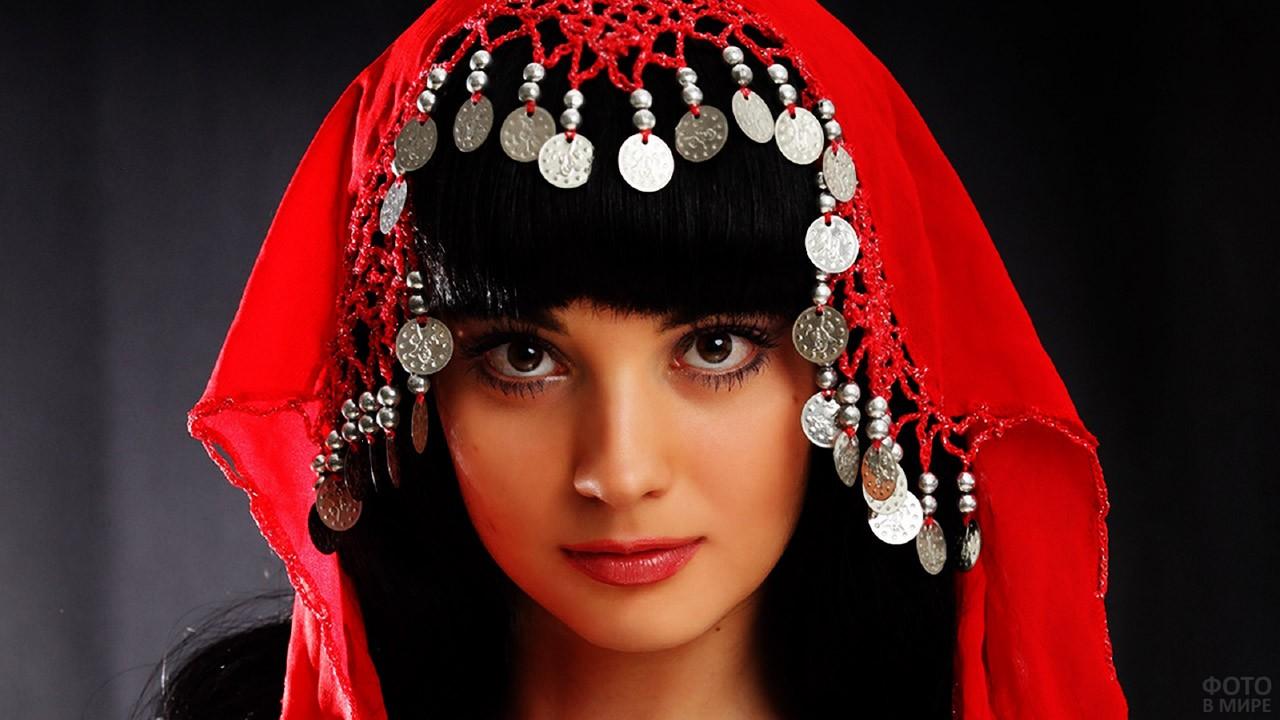 Юная турчанка в платке с монистами