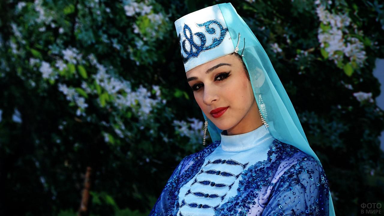 Кареглазая красавица в национальном наряде республики Ингушетия