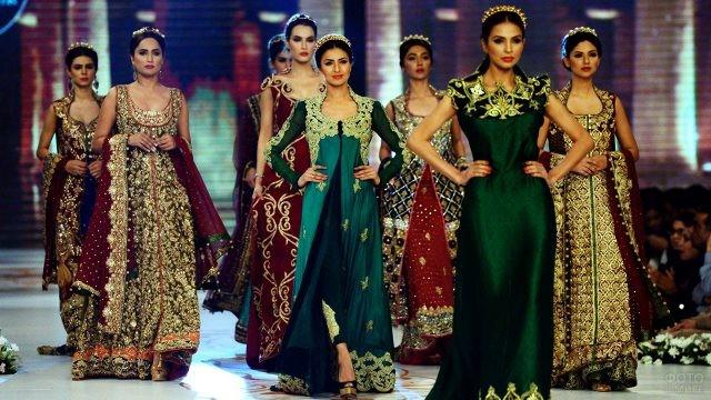 Модный показ пакистанских и индийских свадебных платьев
