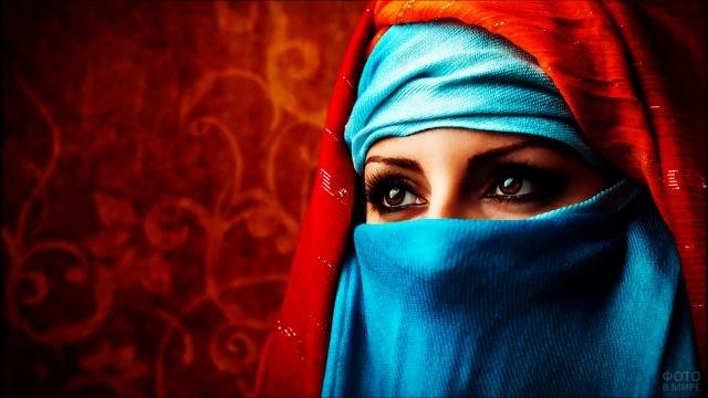 Мусульманка в ярком хиджабе