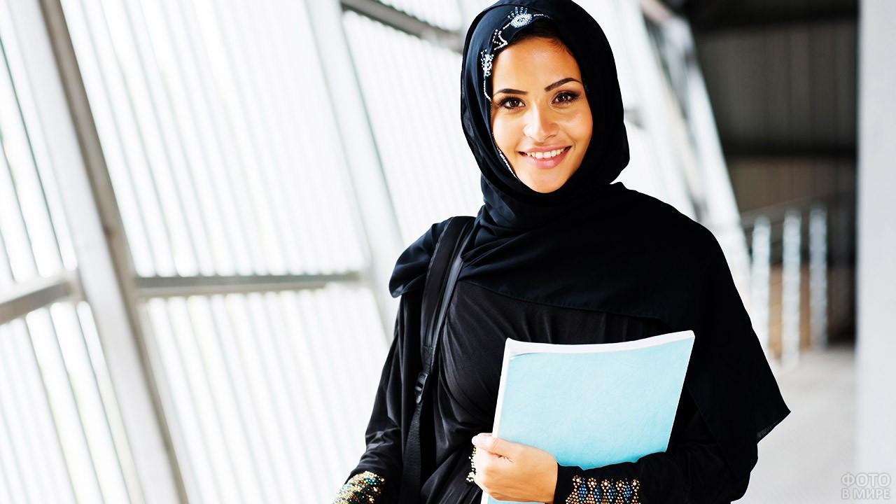 Мусульманка в офисе в ОАЭ