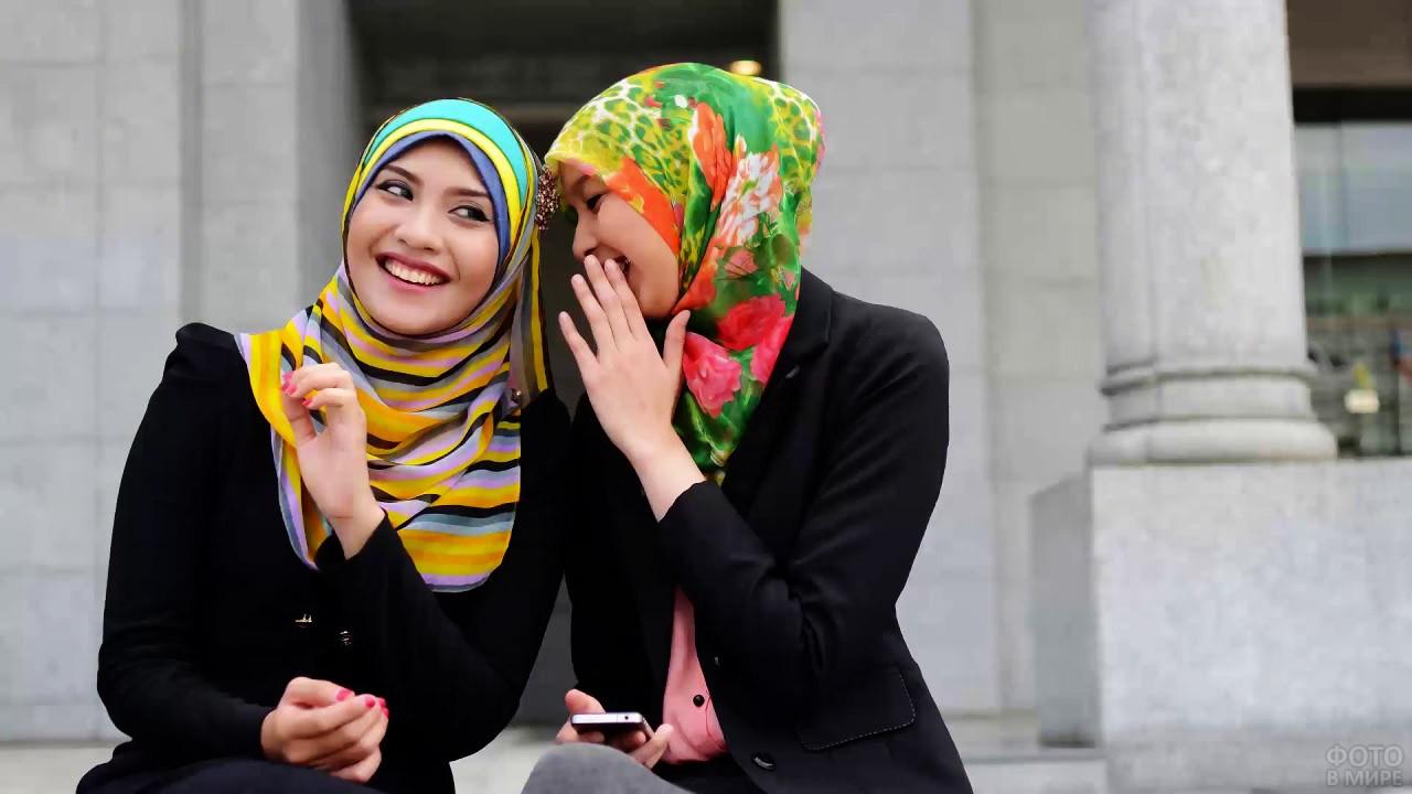 Подружки в ярких мусульманских платках