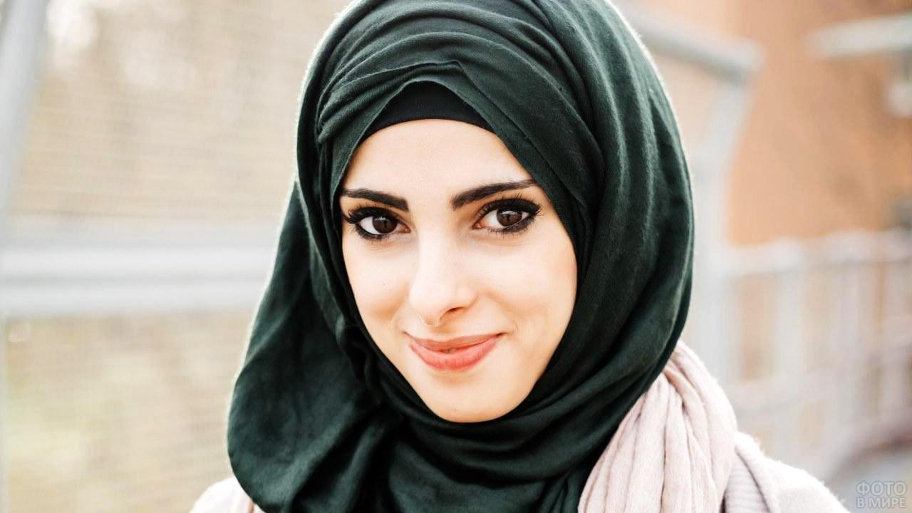 Симпатичная мусульманка в чёрном хиджабе