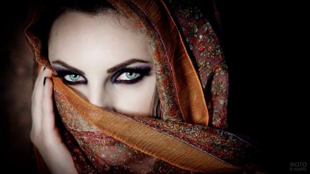Зеленоглазая красавица прикрывает лицо платком