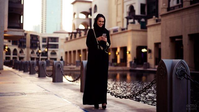 Жительница ОАЭ со смартфоном