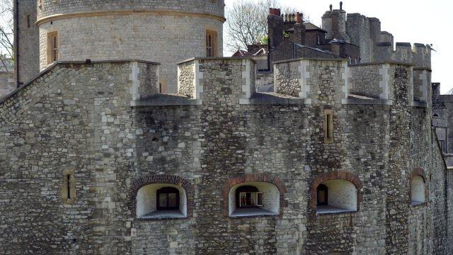 Окна в средневековой крепости