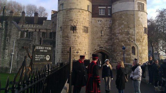 Туристы около лондонских стражей