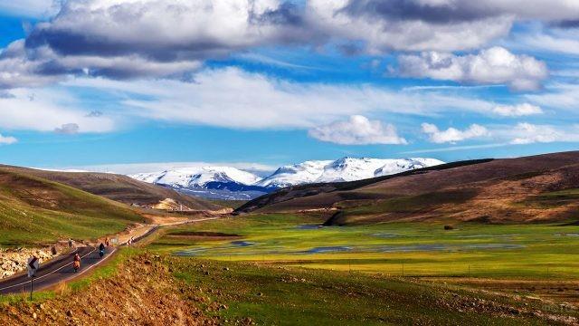 Дорога через Армянское нагорье на территории Армении