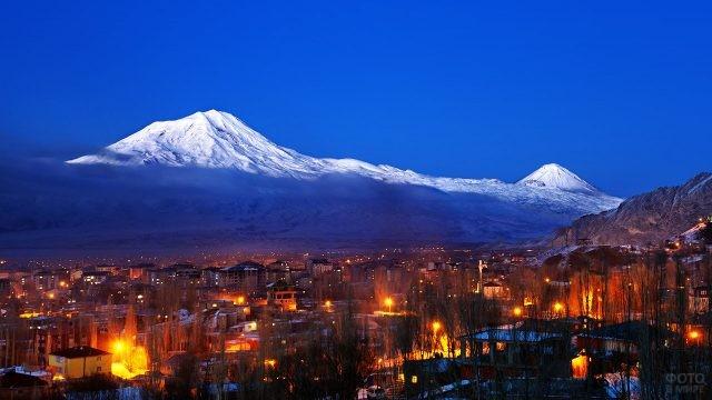 Ночные огни турецкого города Агры