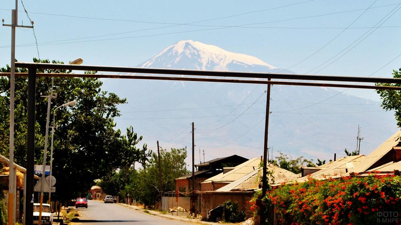Снежная вершина Масис над армянской деревушкой