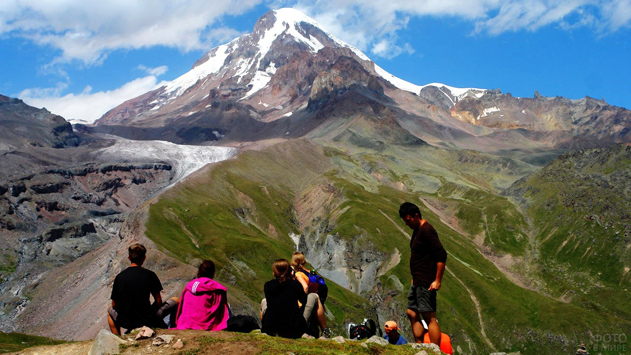 Туристы на привале любуются Библейской горой