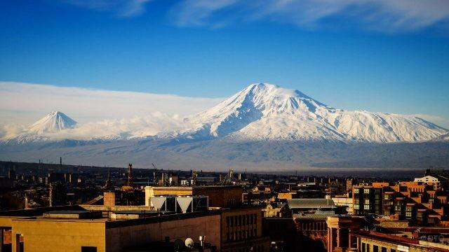 Вид на снежный Масис с крыш Еревана
