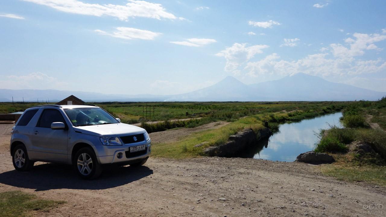Внедорожник на туманной панораме гор Сис и Масис