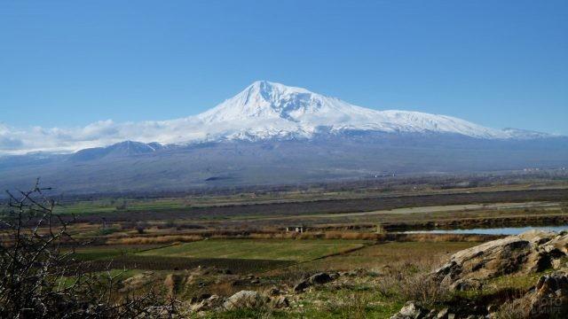 Возделанные сельские поля в Армении