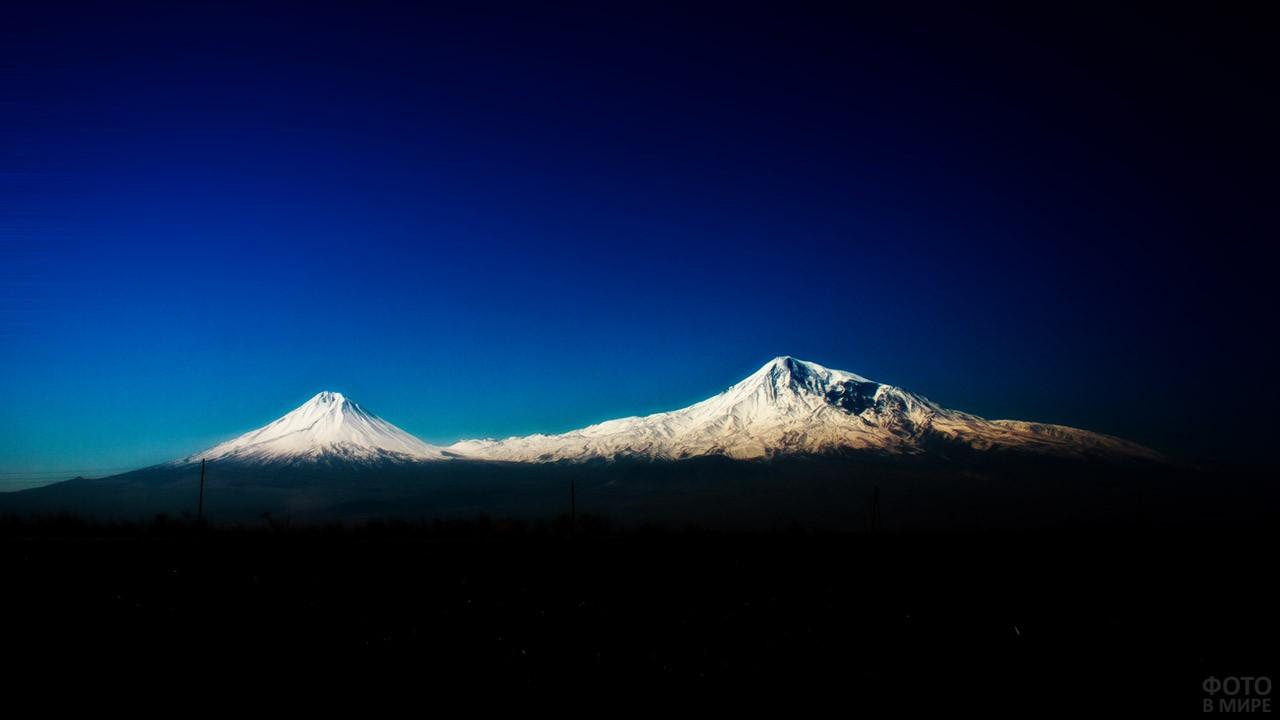 Заснеженные вершины двуглавого вулкана