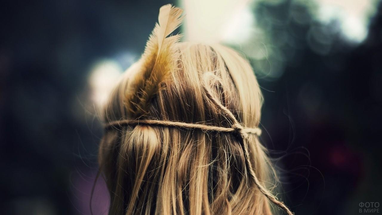 Блондинка с пером на голове